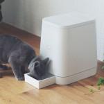 スタイリッシュな猫ご飯マシーン、リビングに白く聳える